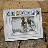 """Cornice portafoto in stile shabby chic, colore bianco sbiadito, con tasselli con la scritta in lingua inglese """"Friends"""", di 15 x 10 cm"""