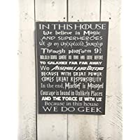 Yilooom In This House, We Do Geek - Señal de Madera Personalizable, con Texto en inglés Make Your Own Geek, Regalo de cumpleaños, Signo Geek, Regalo, para él 12 x 15