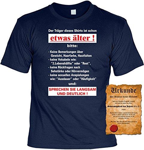 Witziges Geburtstags-Spaß-Shirt + gratis Fun-Urkunde: Der Träger dieses Shirts ist schon etwas älter! Navyblau