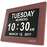 Day Clock - Reloj Digital Grande, Sin Abreviaturas, Para Ancianos y Pacientes con Demencia - 5 Opciones de Alarmas y Recordatorios de Medicamentos - 1 Año de Garantia