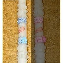 Vela decorada con una fotografía del bebe con el nombre y la fecha del bautizo, dos cintas, dos perlas blancas con una flor o un osito, y dos coronas de flores pinzadas arriba y abajo. (azul