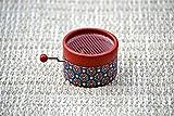Boîte à musique à manivelle avec avec un design exclusif décors en rouge rétro et avec la mélodie *Canon de Pachelbel *. Le cadeau parfait pour les mélomanes