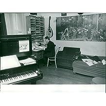 Vintage Photo de Michel Magne dans sa salle de lecture des notes.