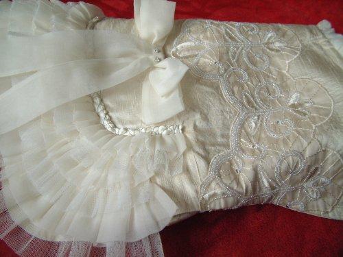 Sojoco UNIKAT luxuriöses Hunde-Hochzeitskleid aus eierschalenweißer Seide, handbestickter...