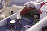 Connie Ricca / DanitaDelimont – Patio of Hotel Between Fira and Imerovigli Greece Photo Print (88,90 x 58,62 cm)