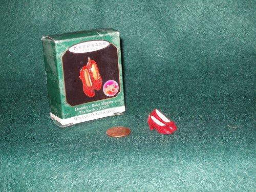 1998Hallmark Miniatur Ornament der Zauberer von Oz Dorothy 's Ruby Hausschuhe # 1The Wonders Of Oz Serie