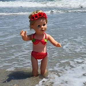 The New York Doll Collection Lindo Traje de baño de Bikini de Lunares y Fresa para muñecas de 45 cm (43203-26931)