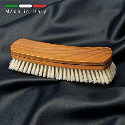Spazzola per abiti in legno naturale e setola sbiancata rinforzata. Prodotto 100% italiano.