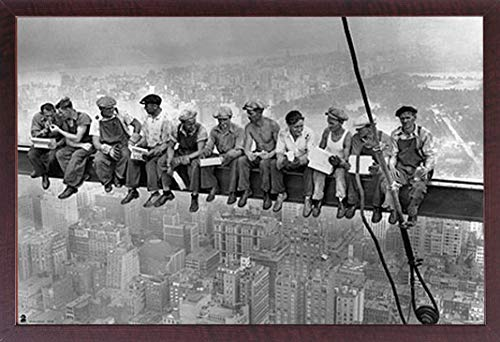 Manhattan-walnuss (empireposter New York - Eating Above Manhattan - Poster Plakat Druck - Größe 91,5x61 cm + Wechselrahmen, Shinsuke® Maxi MDF Walnuß, Acryl-Scheibe)