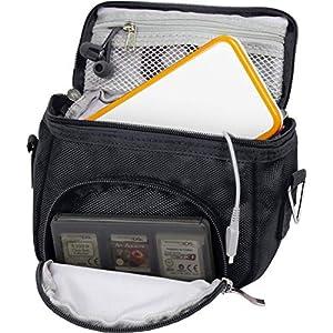 Orzly Travel Bag für alle Nintendo DS Konsole Modell Versionen mit Faltbarer Bildschirm (Original DS / 3DS / DS Lite / 3DS XL / DSi / New 3DS / New 3DS XL / 2DS XL / etc.) – Tasche enthält: Schultergurt + Tragegriff + Gürtelschlaufe + Fächer für Zubehör (Spiele / Stifte / Lade Kabel / Amiibo / etc.) – SCHWARZ