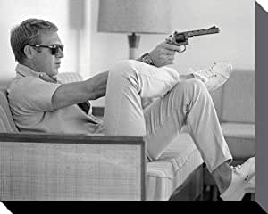 Reproduction sur Toile Poster : Steve McQueen - Takes Aim Sitting On A Couch, Time Life (51 x 41cm)