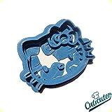 Taglia biscotti Hello Kitty. cortador pulsador in 2parti. Materiale Pla. Misure pari o superiore a 7cm, non lavare in lavastoviglie. Non exponer ad alte temperature. Si consiglia di lavare il prodotto prima dell' uso.