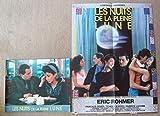 Série publicitaire complète de 12 photos couleurs (24 cm x 30 cm) + affiche (39 cm x 52 cm) de Les Nuits de la pleine lune (1984), film réalisé par Eric Rohmer avec Tchéky Karyo, Pascale Ogier, Fabrice Luchini, etc. - Bon état.