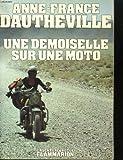 Une demoiselle sur une moto.