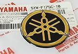 BRAND NEU 100% GENUINE 45mm Durchmesser YAMAHA STIMMGABEL Aufkleber Sticker Emblem Logo SCHWARZ / GOLD Erhöht Gewölbt Gel Harz Selbstklebend Motorrad / Jet Ski / ATV / Schneemobil