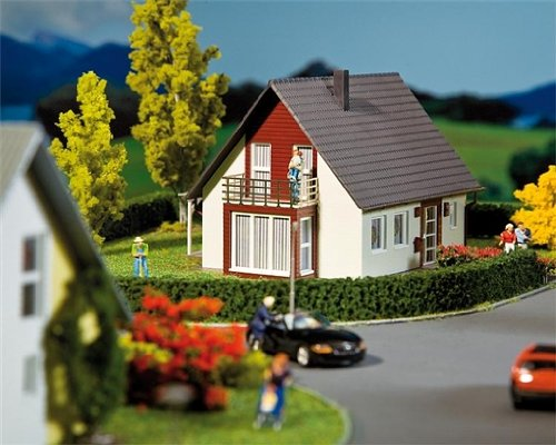 Preisvergleich Produktbild 193318 - Faller H0 - Fertigmodell - Einfamilienhaus,  weinrot