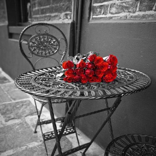 Roter Stuhl Galerie (Acrylglasbild Frank Assaf - Romantic Roses II - 110 x 110cm - Premiumqualität - Fotographie, Photokunst, Fotokunst, schwarz/weiß, Tisch, Stühle, rote Rosen, Schmiede.. - MADE IN GERMANY - ART-GALERIE-SHOPde)