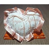 Crociedelizie, Cuscino fedi portafedi ricamato a puntocroce con nomi sposi + data matrimonio forma cuore con doppio volant in raso