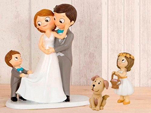 """Figura novios para tarta con un niño llevandole la cola a la novia, más niña con cesta pétalos y mascota """"Perro"""". La figura principal mide 21.5 cm, la niña con cesta pétalos 11cm, y perro 7cm. Estas figuras con un diseño exclusivo, serán un recuerdo ..."""