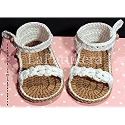 Patucos Sandalias modelo Trenzadas para bebé de crochet, de color blanco, 100% algodón, tallas de 0 hasta 12 meses, hechos a mano en España. Regalo para bebé.