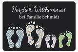 Geschenke 24 Fußmatte mit Vier Fußabdrücken in Dunkelgrau - Türvorleger mit Familienname personalisiert - Schmutzfangmatte mit Namen