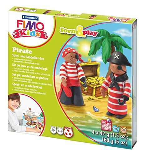 (Staedtler 8034 13 LY Fimo kids form&play Set Pirate (superweiche, ofenhärtende Knete, kinderleichte Anleitung, wiederverschließbare Box, Set mit 4 Fimo Blöcken, 1 Modellierstab und 1 Spielkulisse))