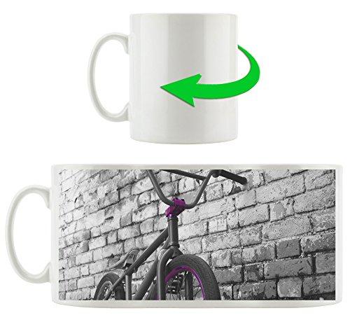 BMX Fahrrad vor Graffitiwand schwarz/weiß , Motivtasse aus weißem Keramik 300ml, Tolle Geschenkidee zu jedem Anlass. Ihr neuer Lieblingsbecher für Kaffe, Tee und Heißgetränke.