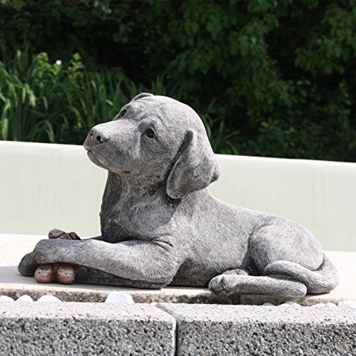 Kretakotta Labrador liegend mit Leckerli, Antiksteinguss
