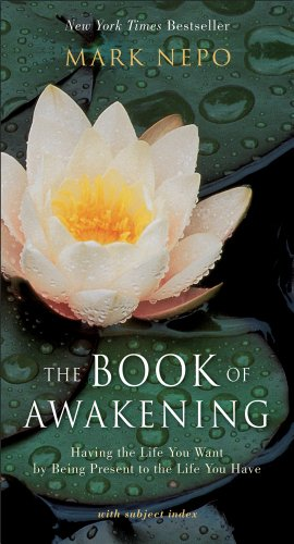 The Book of Awakening: Having the Life You Want by Being Present to the Life You Have por Mark Nepo