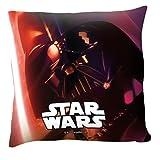 Cuscino Darth Vader Red Star Wars100% merchandise ufficiale Immagine di Darth Vader su questo cuscino rosso perfetto per la stanza di adulti e piccini amanti della saga cinematografica più seguita da sempre Soffice complemento d'arredo da abb...