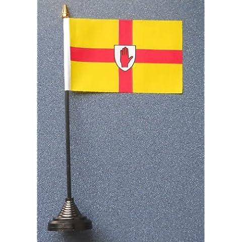 Ulster de la bandera de plástico y base.