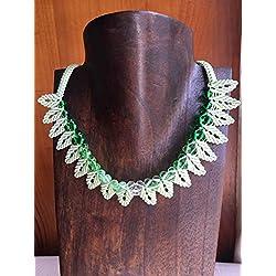 Collar macramé hojas en color verde y rocallas cristal en degradé. Hecho a mano con hilo verde claro de calidad y cierre ajustable