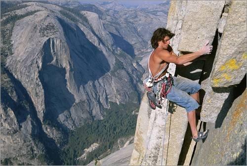 Impression sur bois 130 x 90 cm: A man climbing Half Dome de Jimmy Chin / National Geographic
