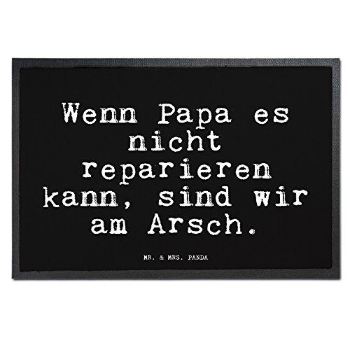 """Mr. & Mrs. Panda Fußmatte Druck mit Spruch """"Wenn Papa es nicht reparieren kann, sind wir am Arsch."""" - 100% handmade aus Velour - Fussmatte, Fußmatte, Türvorleger, Schmutzmatte, Fussabtreter, Matte, Schmutzfänger Papa, Vater, Vatertag, Geschenk Mann, Mann, Männer, bester Papa Spruch Sprüche Lustig Spass Geschenk Geschenkidee Zitate"""