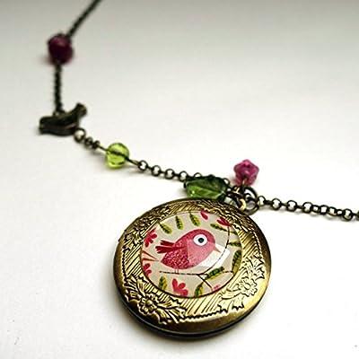 Collier aux secrets, le bel oiseau rose