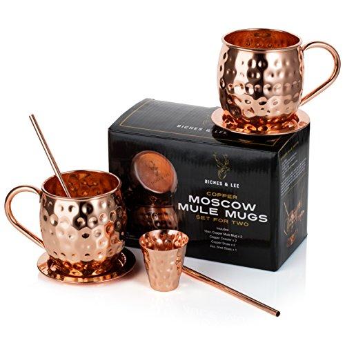 Ensemble de deux tasses en cuivre Moscow Mule de chez Riches & Lee faites et martelées main - Cet ensemble 100 % cuivre comprend : 2 tasses, 2 sous-verres, 2 pailles, 1 verre doseur ainsi qu'un eBook cadeau de recettes de cocktails.