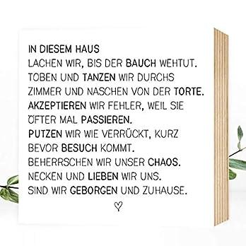 Wunderpixel® Holzbild In diesem Haus – 15x15x2cm zum Hinstellen/Aufhängen, echter Fotodruck mit Spruch auf Holz – schwarz-weißes Wand-Bild Aufsteller zur Dekoration oder Geschenk-Idee