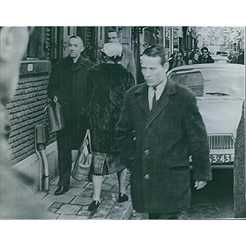 Vintage Foto de Juliana, reina de el Reino de los Países Bajos, visto lleva una chaqueta de pelo y un sombrero durante su paseo en la calle. 1965.