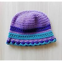 Cappellino bambina tonalità lilla, viola, turchese in morbida lana merino. Con decorazione a righe in punto lavorato. Realizzato a mano.