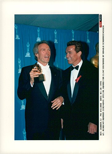 Vintage photo of Arnold Schwarzenegger handed a statue to Clint Eastwood at the Academy (Award Academy)