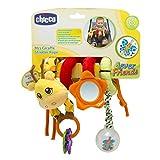 Fune Passeggio Mrs. Giraffa di Chicco è un colorato gioco da passeggio ricco di attività, facilmente avvolgibile attorno alla barra di protezione del passeggino, alla carrozzina o al lettino. Offre un mondo di divertimento ed è un gioco ricco di atti...