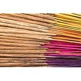100 handgemaakte Indiase wierookstokjes in een willekeurige combinatie van 11 verschillende geuren: nag champa, sandelhout, amber, lotus, kaneel, jasmijn, henna, ceder, patchouli, fantasie en opium, in je bestelling zijn tot 8 geuren inbegrepen.