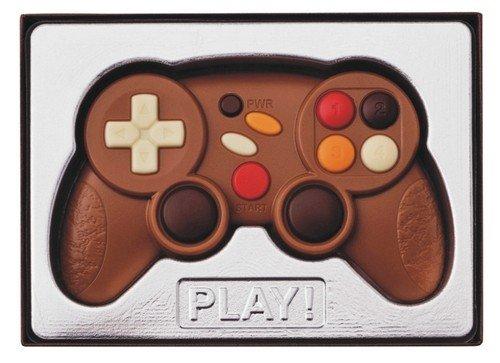Caja de regalo con un mando de videojuegos de 70 gramos de chocolate. Mando de videojuegos de 70 gramos de chocolate. Fabricado por la confitería y chocolatería alemana Weibler de Cremlingen. Con colorantes naturales.