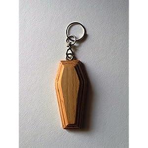 Kastanien-farbige Sarg geformt aus Holz Schlüsselanhänger