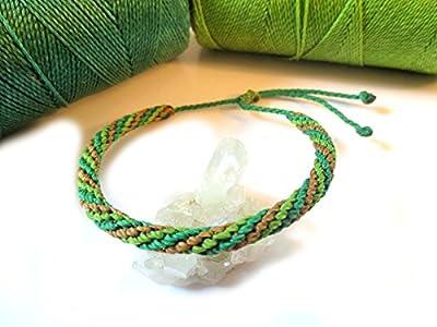 Bracelet brésilien en fil vert et marron. Tissage rond spirale tissé/tressé main en macramé avec du fil ciré. Amitié/Boho/Bohème/Unisexe/Surf/Bijoux