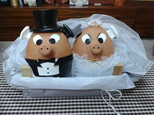 Cerditos Hucha disfrazados de novios.Pareja de novios cerditos en una caja de madera con disfraces de boda. cada cerdito mide 25 x 18 cm .