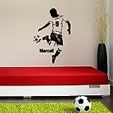 malango® Wandtattoo Fussballer mit Wunschname Spieler Ball Fussballfan Wanddekoration Fussballspieler Name Fan Sport Freizeit Hobby Wanddesign ca. 40 x 60 cm schwarz