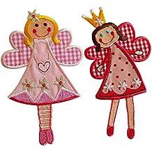 Fee Sophie 11X7Cm Fee Jilly 11X7Cm Angioletto Sophie, rosso e rosa come colori di fondo, con ricamate stelle sul vestito e la corona di colore giallo oro. Angioletto su tessuto rosa tinta unita per il vestito e quadri rosa e bianco per le ali, viso, vestito con stelline e cuore ricamati.
