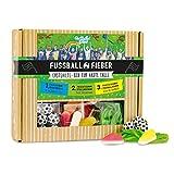 Fußball-Fieber-Box, befüllt mit Fußball Kaugummis, Fruchtgummi Stollenschuhen & essbarem Fußballrasen, 165 Gramm in einer Box, coole Geschenkidee für alle fußballbegeisterten Meschen