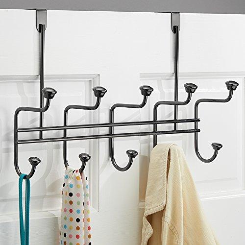 mDesign Hakenleiste zum Hängen über die Tür mit 10 Haken für Mäntel, Hüte, Bademäntel, Handtücher - Schwarz Chromfarben